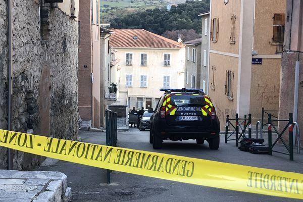 C'est dans le centre-ville que le meurtre s'est déroulé, cette nuit, peu après 4 heures. La gendarmerie est sur place ce matin.