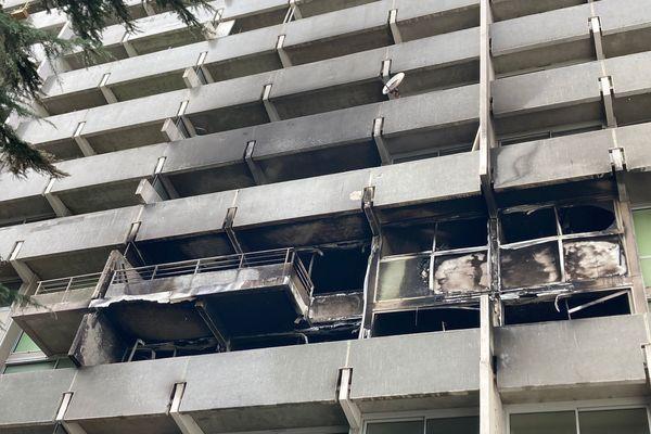 L'incendie se serait propagé de balcons en balcons selon les pompiers.
