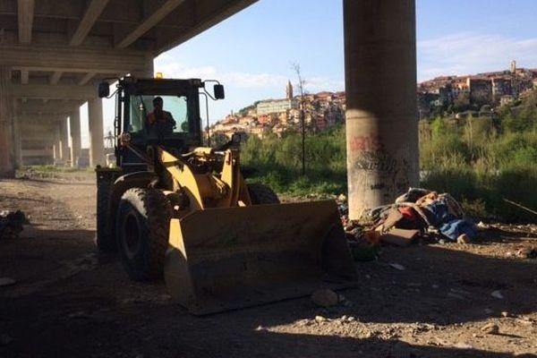 Un bulldozer en activité lors de l'évacuation du camp.