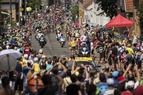 Les coureurs arrivent dans une commune belge avant de rejoindre la France, et Cambrai, mardi 7 juillet 2015
