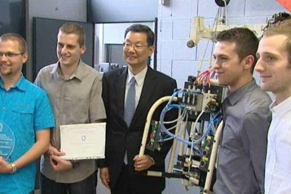 Les six étudiants inventeurs, en compagnie de Makoto Sano, le président de Toyota Motor Manufacturing France.