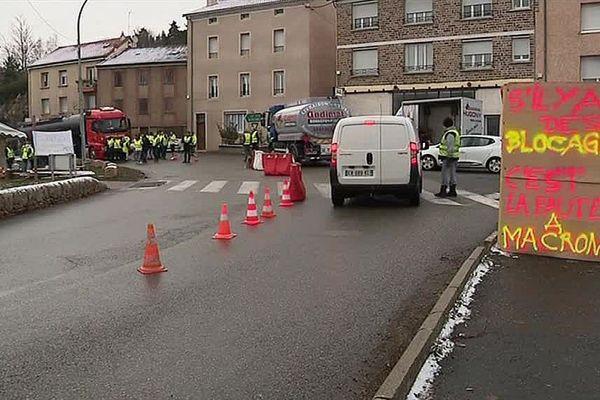 """Les """"gilets jaunes"""" de Lozère continuent leur mobilisation, ici à Langogne."""