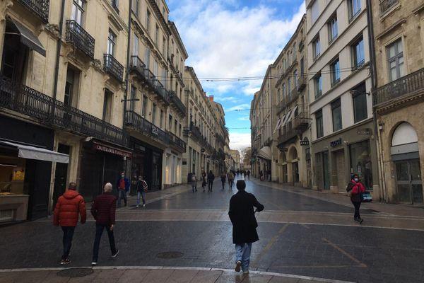 Beaucoup de commerces fermés rue de la Loge à Montpellier ce dimanche matin.