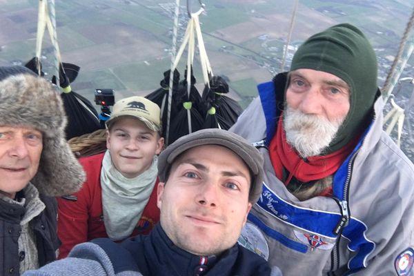 Dans les airs, les quatre aventuriers ont revêtu pulls et bonnets pour se protéger du froid.