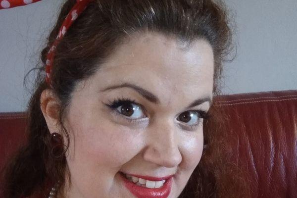 Alice Raphel n'hésite pas à enseigner en tenue de pin-up