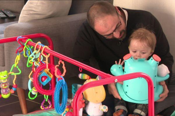 Le petit Maxime a besoin de toute l'attention de ses parents mais le don de congés à son papa n'a pu être mis en place dans son entreprise.