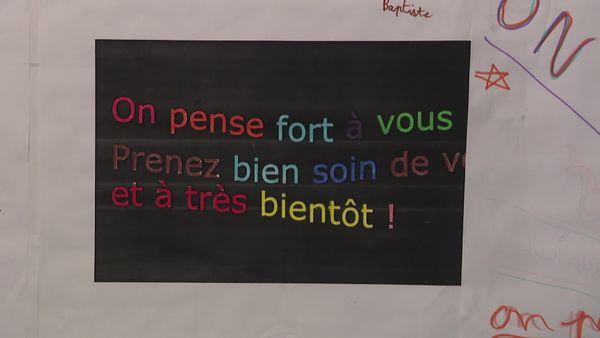 Un message accroché sur le mur de la résidence Estréelle, à Saint-Amand-les-Eaux.