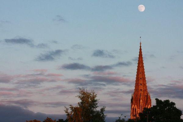 La pierre dorée du clocher de l'église Saint Pierre, devenue rousse dans le soleil couchant. Caen, 21 juin 2013