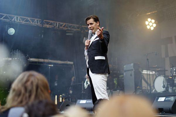 Le chanteur de The Hives, Pelle Almqvist, lors du concert au parc de Champagne le 16 juin.