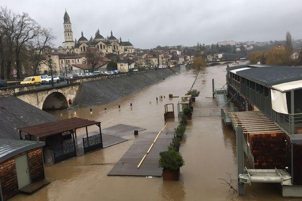 À Périgueux, l'Isle a connu aussi une impressionnante montée des eaux. Le restaurant-péniche de Périgueux a vu son ponton inondé