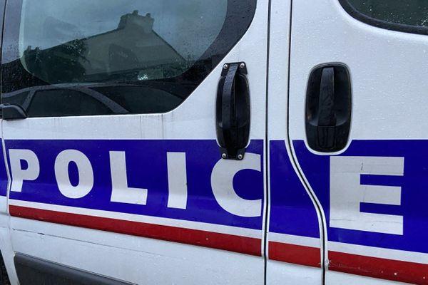 Un commissaire de police des Yvelines suspendu suite à l'envoi d'une carte de voeux.