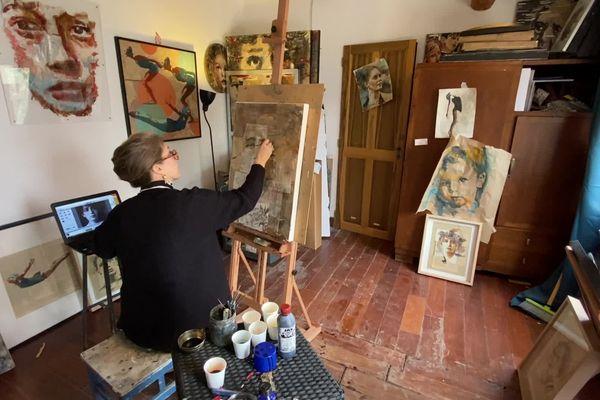 L'artiste peintre Aurélie Salvaing dans son atelier à Pérols près de Montpellier.