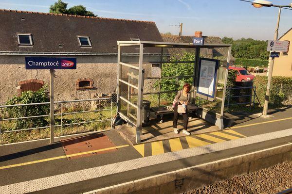 L'attente du TER sur le quai de la station de Champtocé dans le Maine-et-Loire, 45 000 personnes empruntent chaque jour les trains régionaux dans les Pays de la Loire