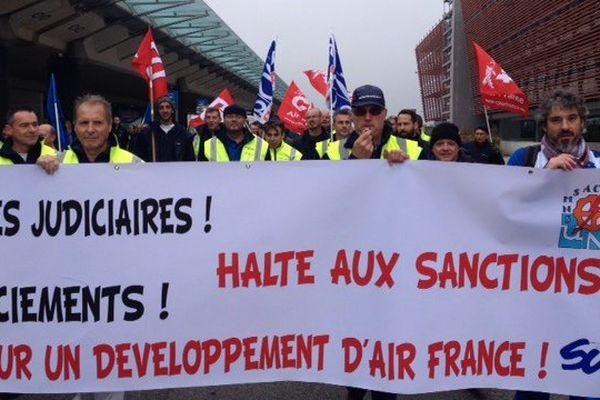 """Air France présente jeudi """"secteur par secteur, le nombre de postes censés être supprimés"""" d'ici à l'été 2017."""