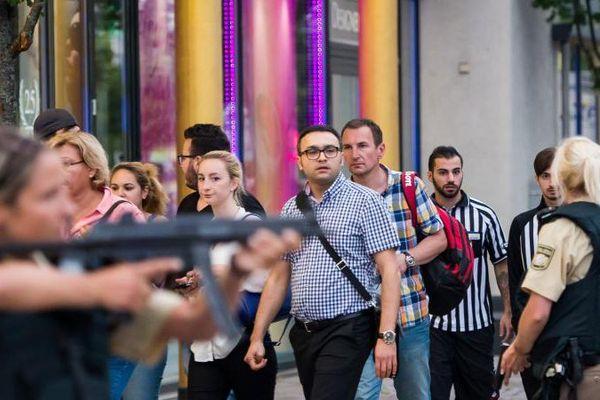 La police évacue des clients d'un centre commercial après une fusillade, le 22 juillet 2016.