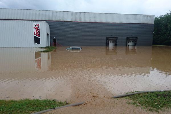 Un entrepôt de meubles et plusieurs millions d'euros de marchandises sous les eaux à l'entrée de Schaffhouse-près-Seltz.