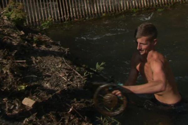 """Avec leur association """"Nettoyage Nature"""", des jeunes habitants du Doubs se lancent à l'assaut des déchets de la rivière."""