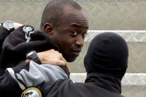 Youssouf Fofana, arrêté à Abidjan (Côte d'Ivoire) le 4 mars 2006, est conduit dans un avion que le ramène en France où il va être jugé pour le meurtre d'Ilan Halimi.