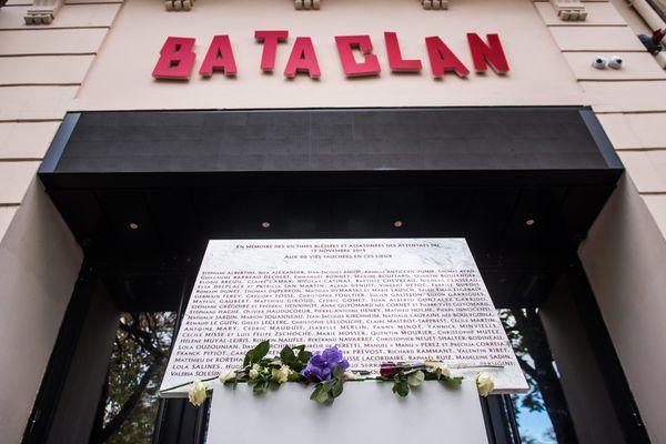 La plaque commémorative portant les noms des victimes des attentats du 13 novembre 2015, à l'entrée du Bataclan, lors d'une cérémonie d'hommage organisée le 13 novembre 2017 (illustration).
