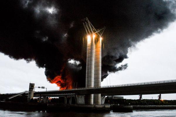 L'incendie de l'usine Lubrizol à Rouen dans la nuit du 25 au 26 septembre, a engendré un épais nuage de fumée de 22 kilomètres de long, sur 6 de large.