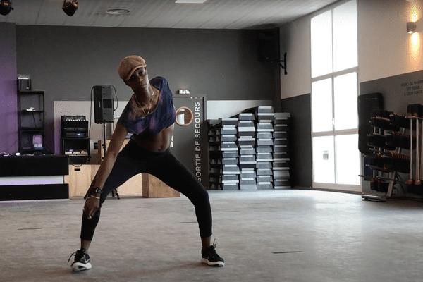 Cette jeune femme n'est pas une danseuse mais une kinésithérapeute qui a ouvert un centre pluridisciplinaire unique en son genre à Toulouse.