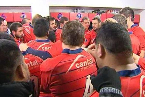 Les joueurs aurillacois se congratulent après leur victoire face à Mont-de-Marsan