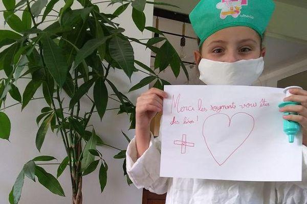 Zélie, 7 ans, a elle décidé de se déguiser en soignante. Un clin d'oeil à ces héros du quotidien au rôle crucial notamment pendant cette pandémie de coronavirus.