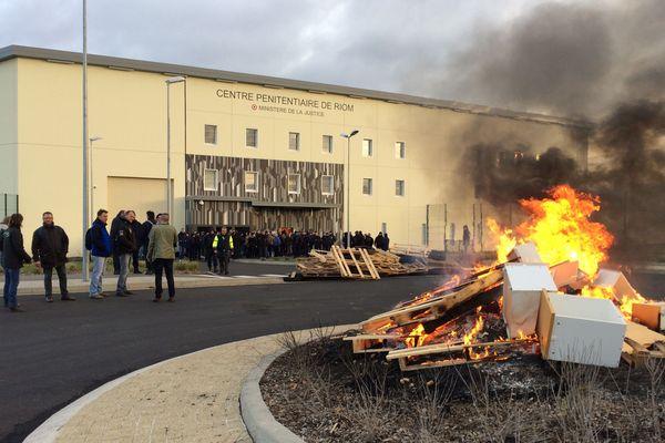 Feu de palettes et de pneus, blocage à la prison de Riom (Puy-de-Dôme)