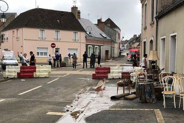 Dans la rue principale de Souligné-sous-Ballon, l'eau est montée rapidement jusqu'à 1m20, à cause des précipitations violentes, et du village construit dans une cuvette.