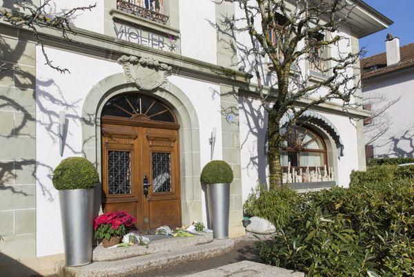 Des fleurs déposées devant les portes du restaurant de l'Hôtel de Ville, à Crissier, en l'hommage de Benoît Violier.