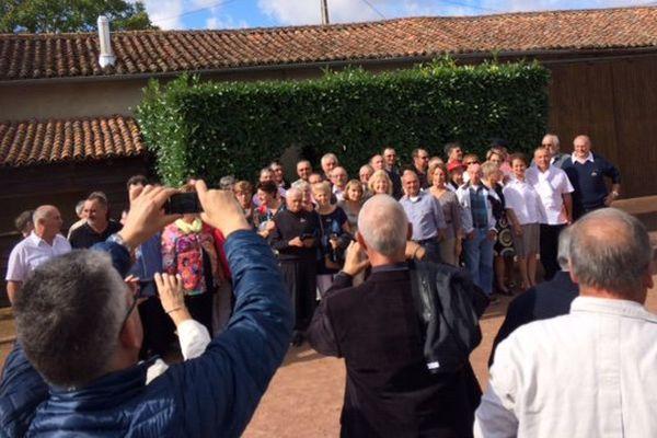 D'anciens élèves de l'école publique de Verrue (86) ont posé pour la traditionnelle photo de classe, 50 ans après.