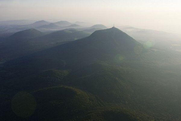 Le Puy de Dome et quelques-uns des 80 sommets qui constituent la Chaîne des Puys.