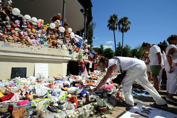Le 7 août 2016, les Niçois rendent hommage aux victimes de l'attentat à Nice au mémorial du kiosque à musique, dans les jardins Albert 1er.