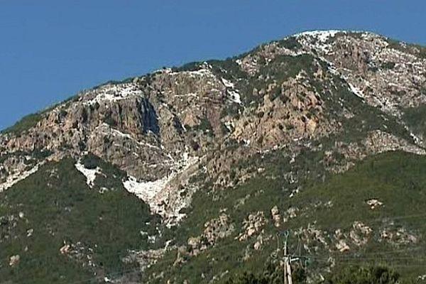 La punta San Petru domine le village d'Ocana (Corse-du-Sud)