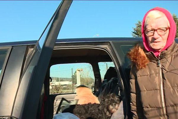Annie vit dans sa voiture avec ses deux chiens