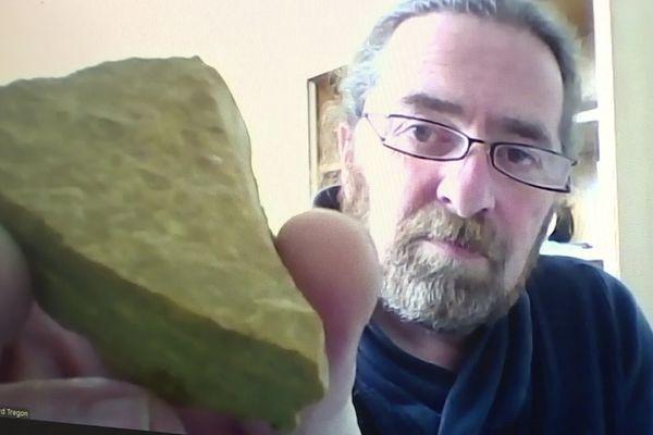Le physicien Bernard Trégon nous montre une nontronite, une roche que l'on trouve en abondance dans le nontronnais...et sur la planète Mars.