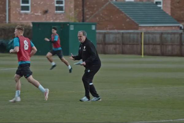 Marcelo Bielsa à l'entraînement avec les joueurs de Leeds.