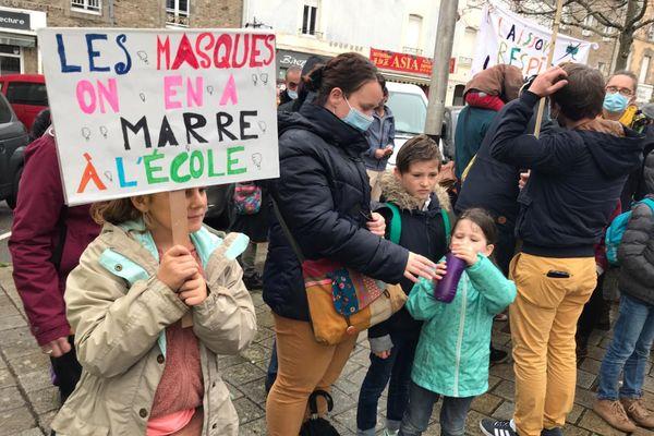 Des parents accompagnés de leurs enfants manifestent contre le port du masque obligatoire dans les écoles