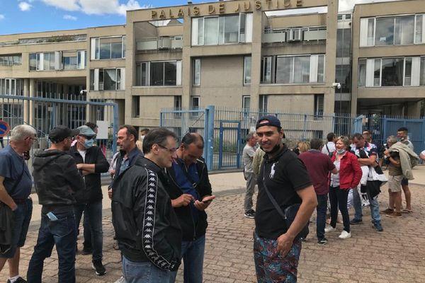 Les anciens salariés de Luxfer Gerzat étaient aux Prud'hommes à Clermont-Ferrand ce jeudi 8 juillet pour réclamer des indemnités à leur ancien employeur.