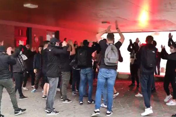 Les supporters de l'Amiens SC rassemblés pour encourager leurs joueurs avant le match face à Sochaux samedi 20 février 2021