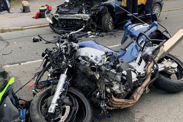 Les deux véhicules sont hors d'usage suite à la violence du choc.