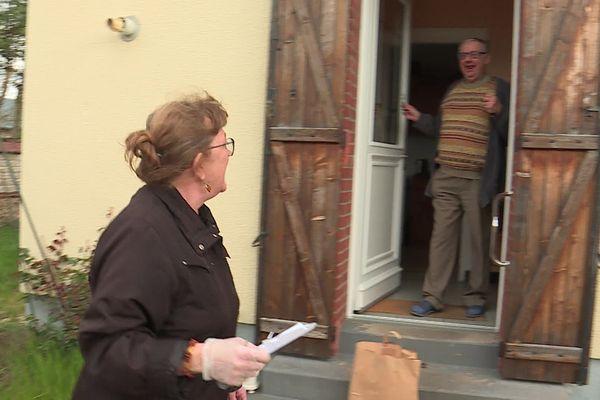 31 mars 2020- Livraison de produits alimentaires chez une personne âgée par un agent municipal de Caudebec-lès-Elbeuf