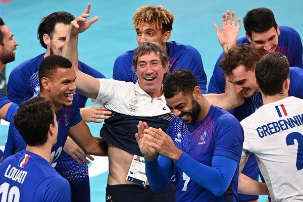 Les Bleus ont immédiatement célébré leur victoire avec leur entraîneur Laurent Tillie.