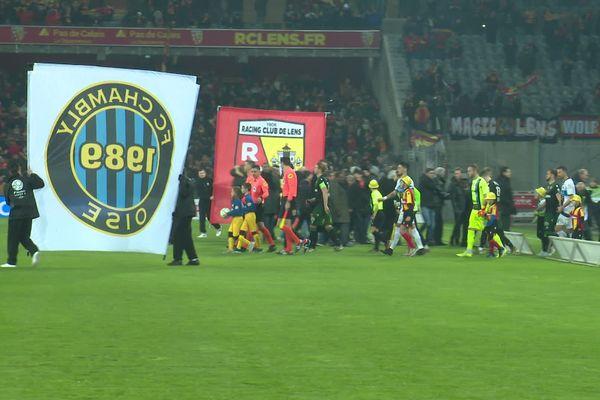 Les équipes arrivent sur la pelouse du stade Bollaert-Delelis de Lens, le 4 décembre 2019.