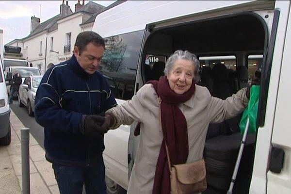 """La ville de Chambray-lès-Tours (37) a mis en place une navette """"à la carte"""" pour les personnes âgées qui ne disposent pas de moyen de locomotion."""