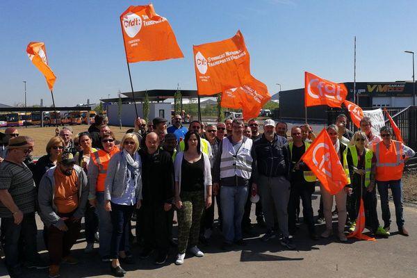 Les salariés de Transdev, du réseau Tadao, ont convergé devant le dépôt de bus de Grenay samedi 5 mai