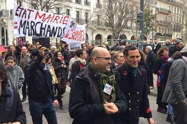 Des milliers de personnes présentent dans les rues de Marseille.