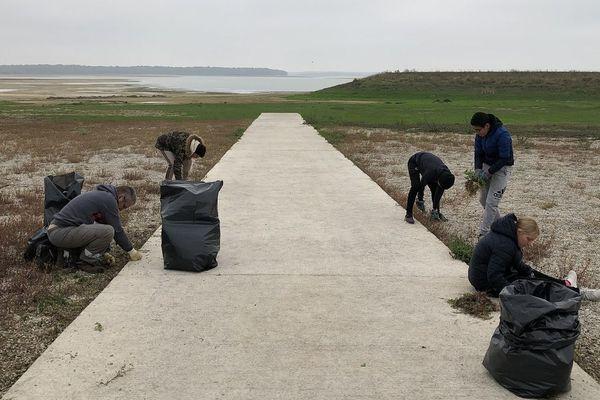 Younès, Hakim, Melyna, Hallal et Marc, leur accompagnateur, viennent de Reims pour arracher les racines du lac du Der / Site de Nuisement / Mercredi 23 octobre.