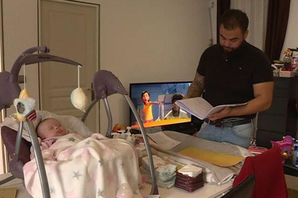 Thierry Kieng, le mari d'Emilie, décèdée après son accouchement, avec sa fille Briseïs, le 23 janvier 2019.