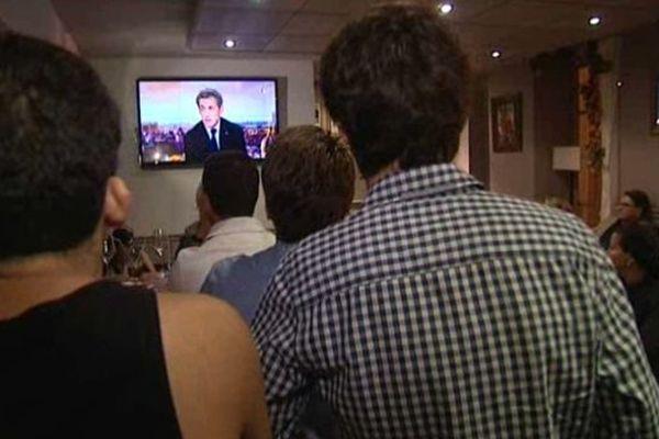 Une quarantaine de jeunes militants ont suivi l'intervention de Nicolas Sarkozy à la télévision dans un bar de Nice